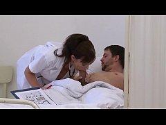 Infirmière salope se fait enculer par ses deux patients.