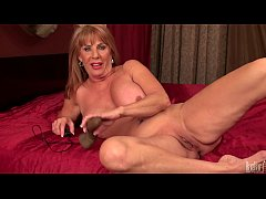 Sexy mature lady Rae Hart play with electric di...