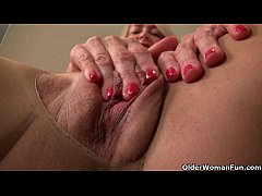 American milf Eva Griffin fingers her nyloned w...