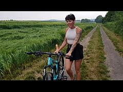 Premiere! Fahrrad in der Öffentlichkeit geil ab...