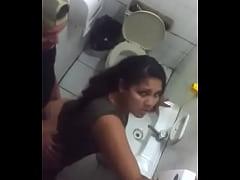 कॉलेज के बॉथरूम सेक्स किया