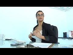 sexy milf jasmine jae interpreta a vagabunda do escritório viciado em pau duro