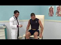 Médico gostoso metendo no paciente sarado