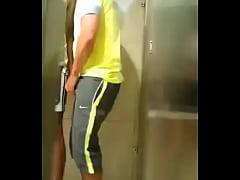 Chupando e deadndo o amigo no banheiro da acade...