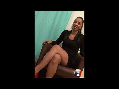 Lily, la jolie secrétaire veut découvrir le porno