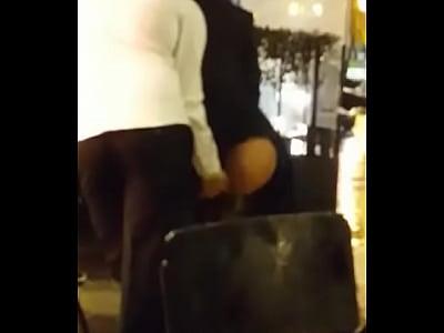 Masturbando a mi novia en el restaurante
