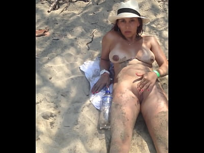 Masturbandome en la playa de vacaciones...