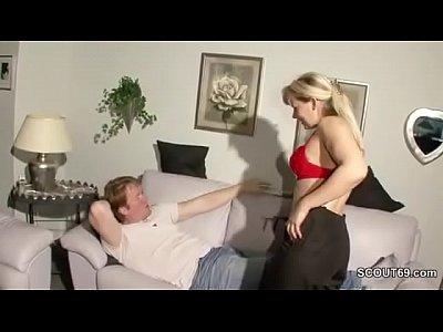 Notgeile MILF Stiefmutter fickt den Sohn ihres Stechers