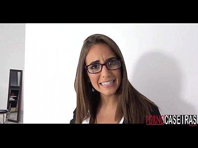 Novinha gostosa de óculos www.pornocaseiras.com