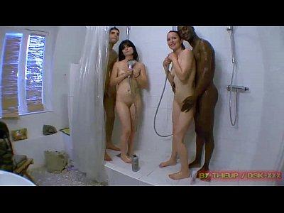 Orgie avec trois jolies filles ! Emportées par une folle excitation, Eli et Maddy vont &eacut