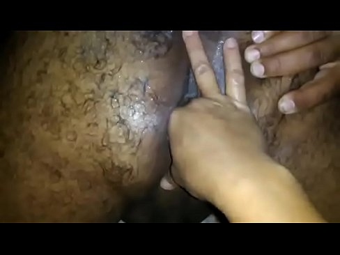 metendo a mão no cu do marido