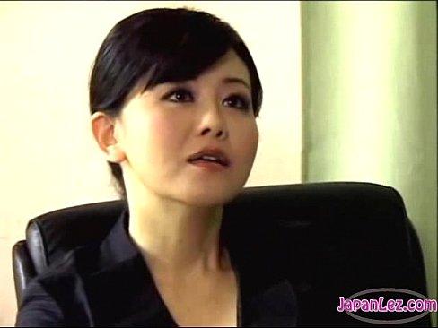 Secretaria domina a su jefe en la oficina. Femdom clip.
