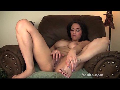 yanks ebony cutie kolie masturbating