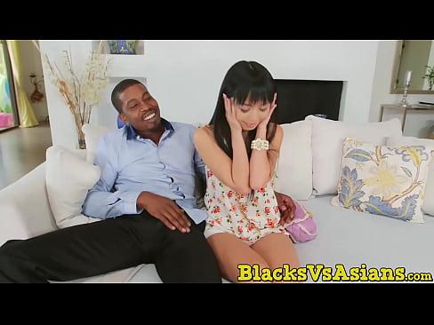 Winzige asiatische Küken schwarzen Schwanz nemu