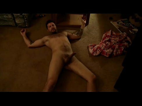 15 de mayo: el actor estadounidense Matthew Leitch ha tenido suficiente de protagonizar películas de segunda categoría Ahora ha decidido hacer sus propias películas en su habitación.