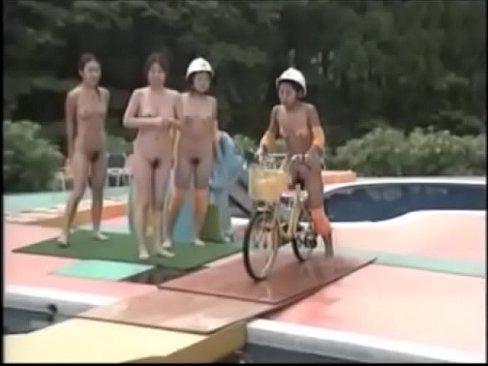 Video sex Japan schwimmen nackt zeigt rasierte Muschi