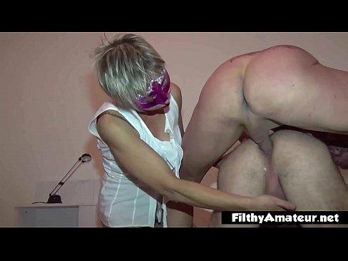 Mamma wordt geil van de anale neukbeurt van haar bi man