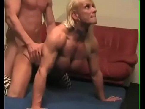 Musculosa madura rubia cogida de perrito