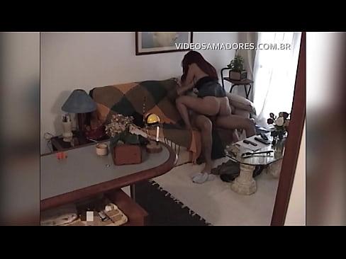 Câmera escondida na sala filma homem negro fodendo a namorada ruiva