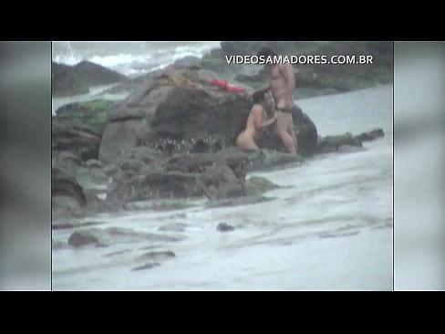 Casal é flagrado fodendo na praia durante tempestade