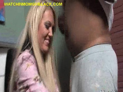 toechter-blondine-saugt-schwarze-schwaenze-beim-kitzler-orgasmus-nikkisims
