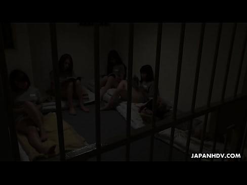 XVIDEO 女囚人がトイレで看守に顔面騎上位