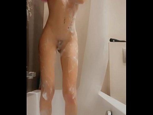 SNAP COMPILATION - Ado sexy, excitée se gode Son petit cul & sa chatte dans son bain !