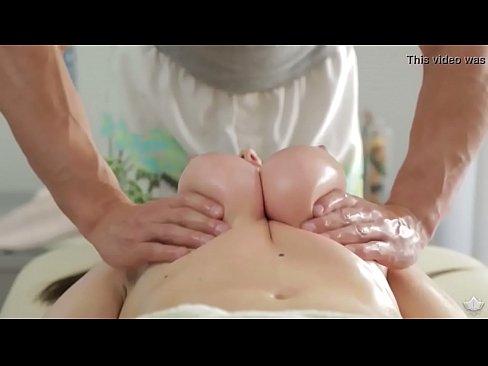 bella tipa sensuale scopa durante il massaggio