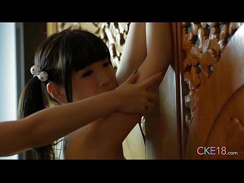 めっちゃかわいい貧乳の童顔お姉さんが面積の小さい水着姿でローションマッサージされて乳首がはみ出ちゃったwww