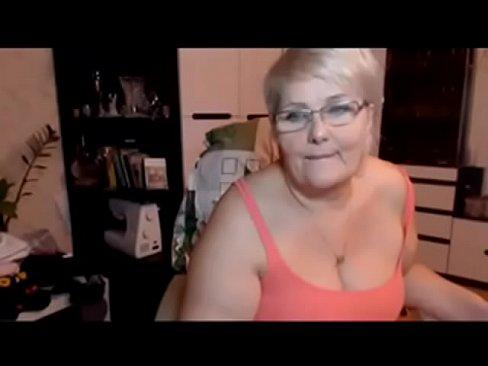 Dikke geile oma met hangtieten speelt met haar kutje voor de cam