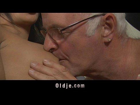 Porno Cu O Fata Tanara Care Este Fututa De Un Batran Mos