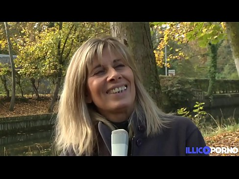 Lisa, cougar blonde se fait plaisir avec deux bites