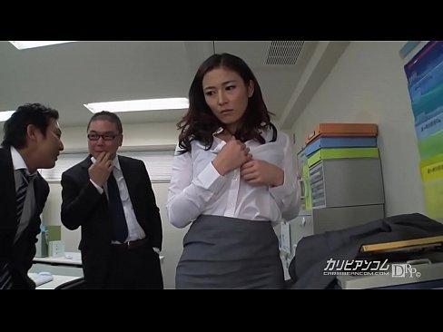 パイパン人妻のOLが社内で脱がされる