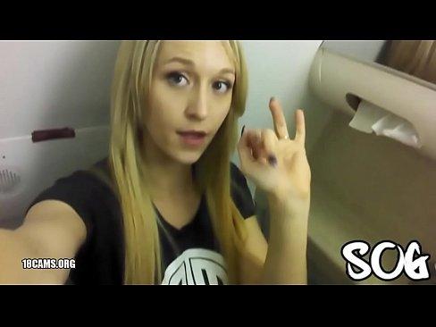 Fata Blonda Se Masturbeaza Intr-O Toaleta