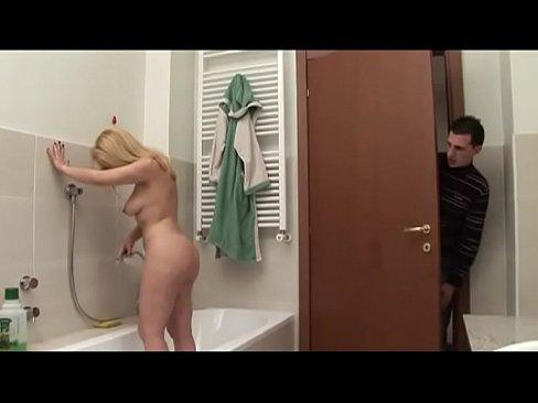 Прозрачной девушка подсматривает за дверью и мастурбирует парни дрочат