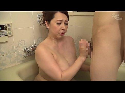 Hete stap moeder spelen met twee jonge zoon in bad