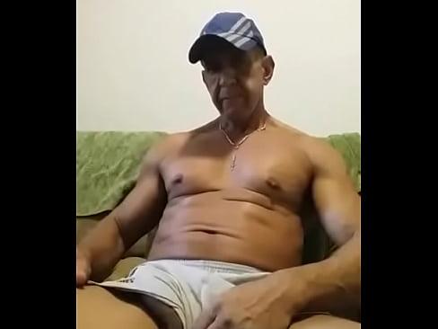 Coroa bem-dotado se masturbando no sofá-2 min