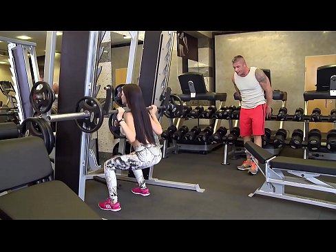 O Bunaciune Face Sex Cu Doi Barbati In Sala De Fitness