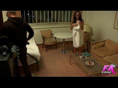 Хуй под подсмотрел за девушкой в отеле две