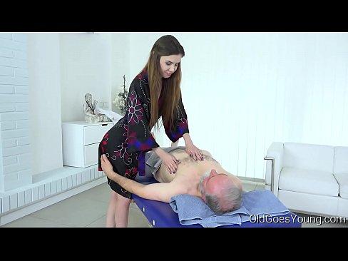 abuelo recibe un masaje de próstata