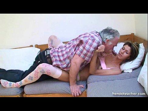 Порно атец трахает доч до слез