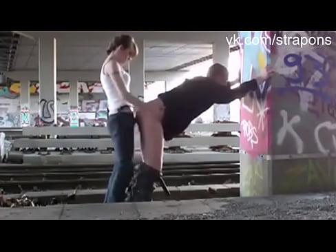 Секс под мостом девушка в белом
