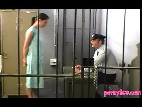 сосет у охранника в душе в тюрьме нам