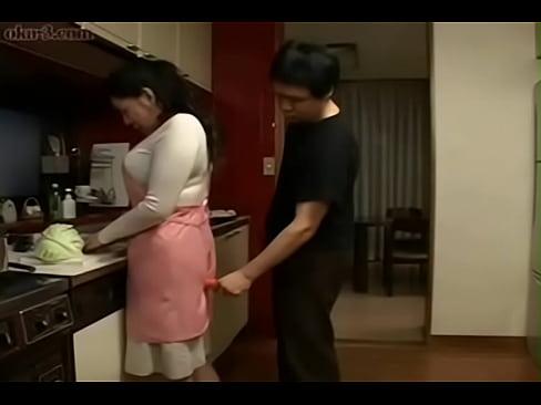 XVIDEO キッチンで息子に悪戯される人妻
