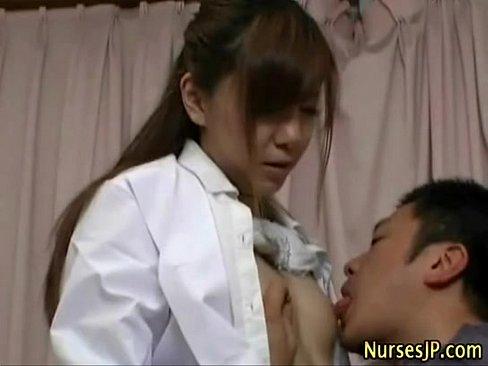 XVIDEO 医者が患者とベッドでセックス