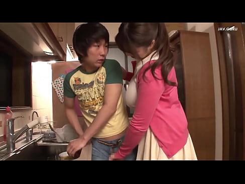 Il tutor caldo aiuta lo studente che sta facendo da tutore smontando