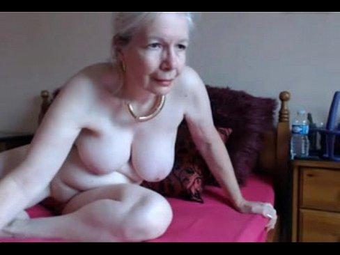 Grijze oude oma maakt zichzelf voor jou klaar