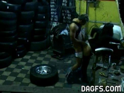 Порно в гараже скрытно