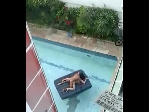 Flagra casal tranzando na piscina em sao paulo brasil