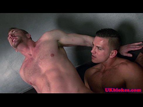 Muscled queer sucks off bender friend